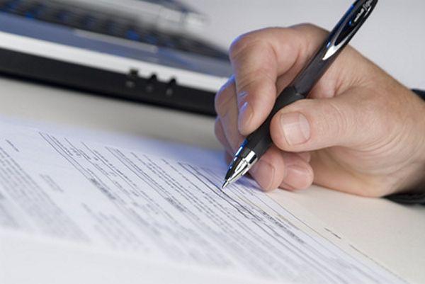 radca prawny podpisuje dokument
