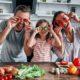 Rodzina w kuchni z lacobelem zamontowanym przez firmę housekrup